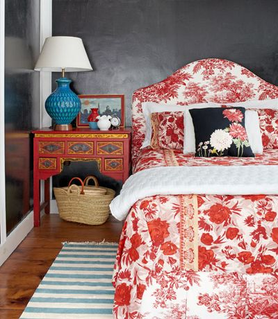 Red-print-bedding-bedroom-new-york-farmhouse-0512-xln