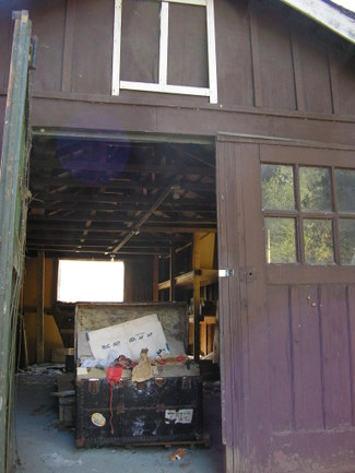 Steamer_trunk_in_barn