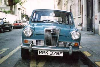 Blue_car_in_paris_1